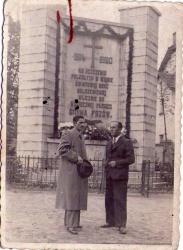 Dwaj mężczyźni przed pomnikiem