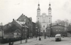 Kościół, rynek i autobus